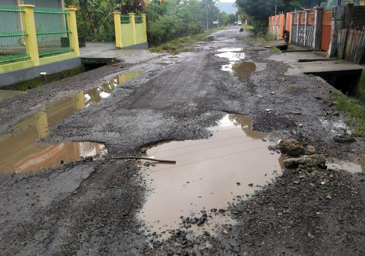 Jalanan Rusak Menjadi Ancaman Bagi Pengendara